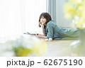 女性 スマホ スマートフォン 62675190