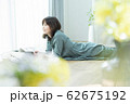 女性 スマホ スマートフォン 62675192