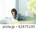 女性 スマホ スマートフォン 62675195
