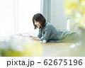 女性 スマホ スマートフォン 62675196