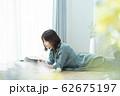 女性 スマホ スマートフォン 62675197