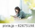 女性 スマホ スマートフォン 62675198