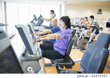 シニア 高齢者 運動 ランニングマシン ジム リハビリ 62675537