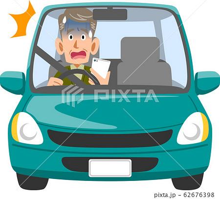 スマートフォンを見ながら運転し危険に気づく高齢ドライバー 62676398