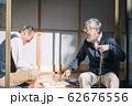 将棋をするシニア男性 62676556