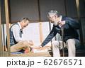 将棋をするシニア男性 62676571