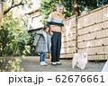女の子と犬とシニア 62676661