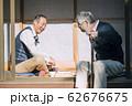 将棋をするシニア男性 62676675