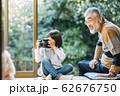 カメラを使うおじいちゃんと孫 62676750