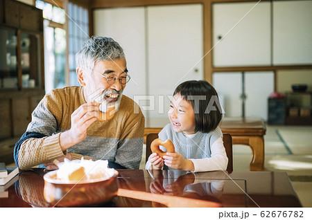 おじいちゃんと孫のティータイム 62676782