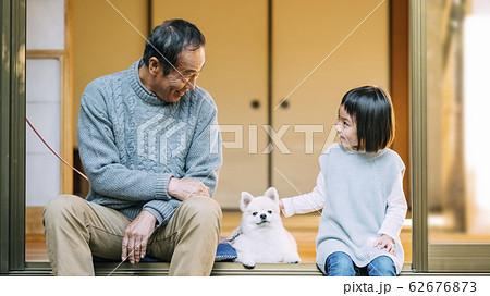 女の子と犬とシニア 62676873