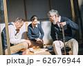 将棋をするシニア男性 62676944