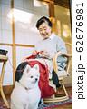 犬とくつろぐシニア 62676981