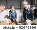 将棋をするシニア男性 62676996