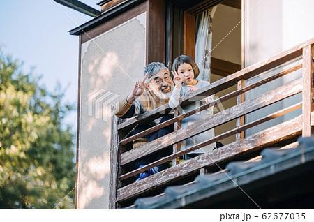 おじいちゃんと孫のライフスタイル 62677035