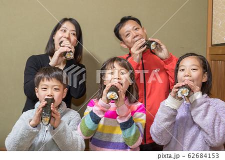 家族で恵方巻 62684153