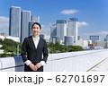 笑顔のビジネスウーマン 東京をバック 62701697