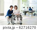 シニアの女性と医療従事者 62716270