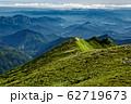 飯豊本山から見るダイグラ尾根と朝の山並み 62719673