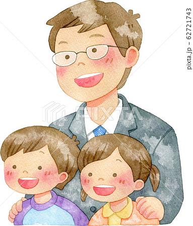 子供たちの肩に手を置く男性 62721743