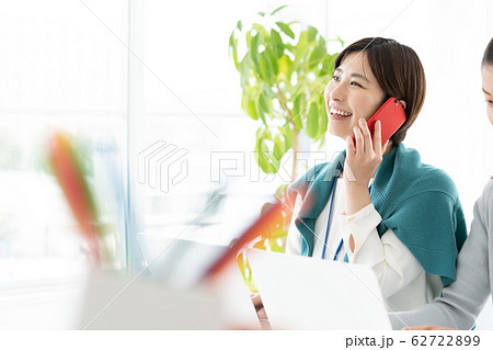 女性 カジュアルビジネス オフィス スマホ  62722899