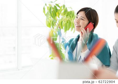 女性 カジュアルビジネス オフィス スマホ  62722904