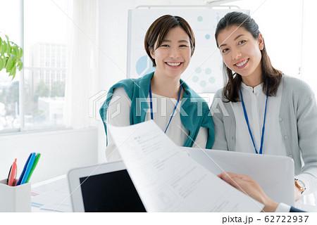 カジュアルビジネス ミーティング 男女 62722937