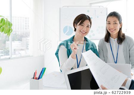 カジュアルビジネス ミーティング 男女 62722939