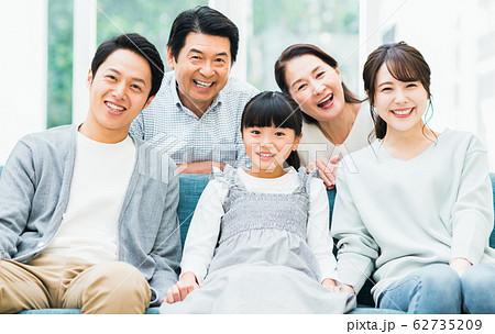 笑顔の三世代家族 62735209