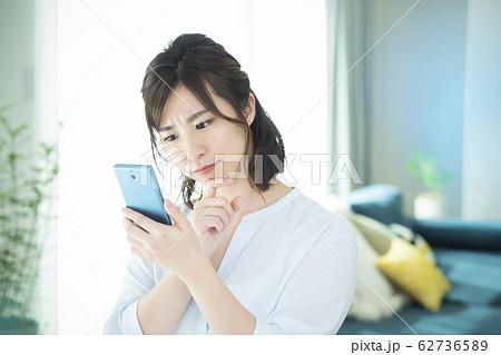 若い女性・スマートフォン 62736589