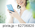 若い女性・スマートフォン 62736820