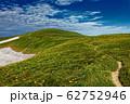 ニッコウキスゲ咲く夏の飯豊連峰稜線 62752946