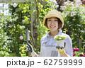 ガーデニングイメージ 女性 カメラ目線 62759999