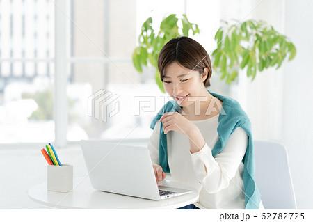 女性 パソコン カジュアルビジネス 62782725