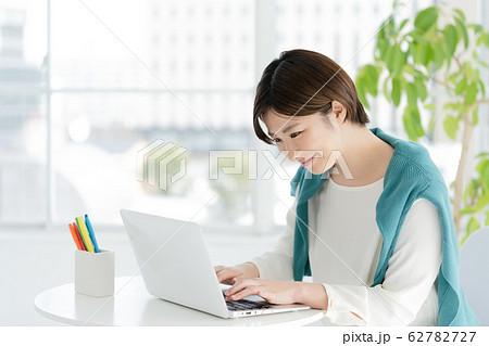 女性 パソコン カジュアルビジネス 62782727