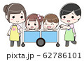お散歩カーに乗る子供と引率する先生 62786101