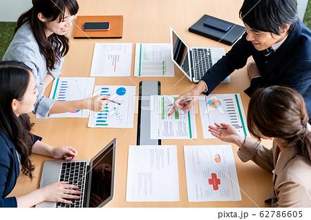 ビジネス 会議 ビジネスマン オフィス チーム 62786605