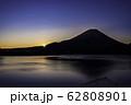 (山梨県)本栖湖から望む富士山の夜明け 62808901