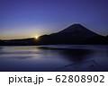 (山梨県)本栖湖から望む富士山の夜明け 62808902