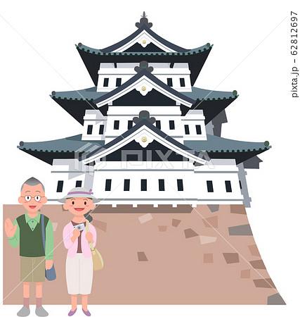 弘前城とシニアカップル旅行者 62812697