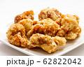 鶏肉の唐揚げ。(白皿・白バック) 62822042
