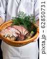 魚介類を抱える板前 62850731