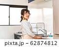 台所に立つ若い主婦 62874812