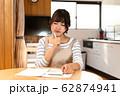 家計簿をつける若い主婦 62874941
