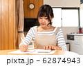 家計簿をつける若い主婦 62874943
