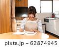 家計簿をつける若い主婦 62874945