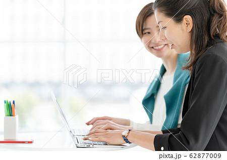 女性 パソコン ビジネス 62877009