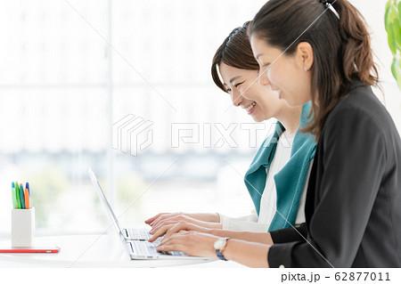 女性 パソコン ビジネス 62877011