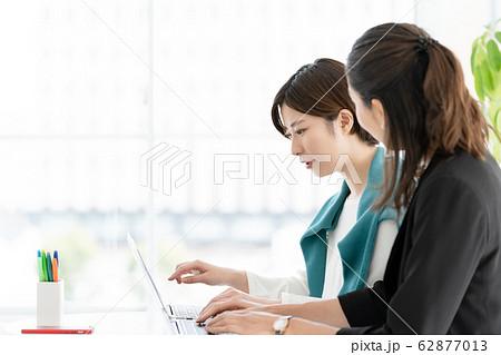 女性 パソコン ビジネス 62877013