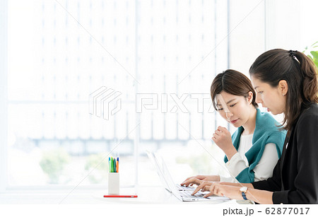 女性 パソコン ビジネス 62877017